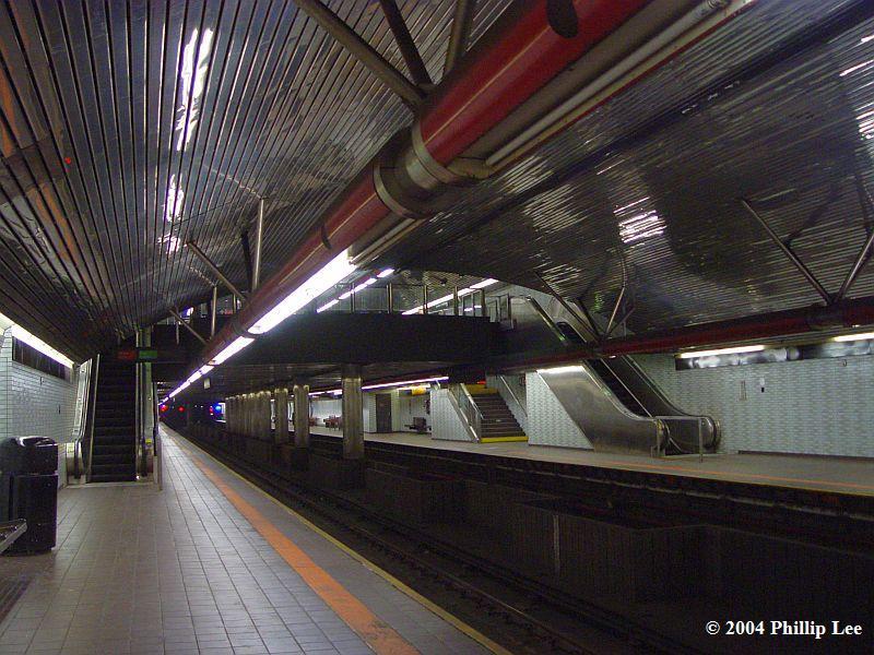 (103k, 800x600)<br><b>Country:</b> United States<br><b>City:</b> New York<br><b>System:</b> New York City Transit<br><b>Line:</b> IND 63rd Street Line<br><b>Location:</b> Roosevelt Island<br><b>Photo by:</b> Phillip Lee<br><b>Date:</b> 12/21/2004<br><b>Viewed (this week/total):</b> 0 / 2083
