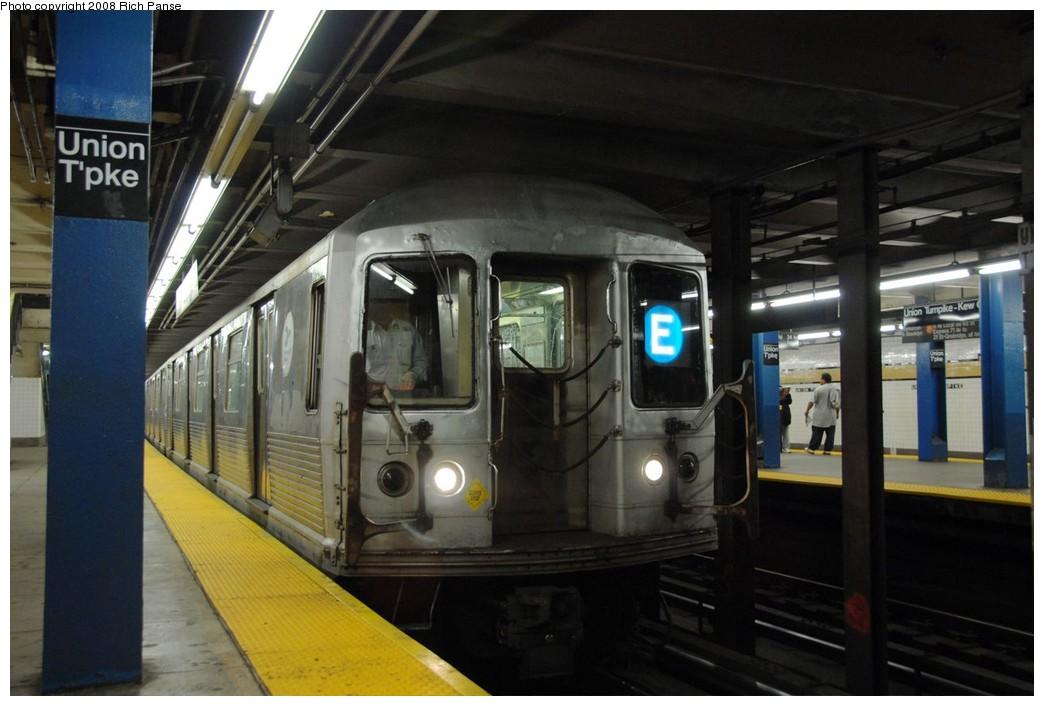 (158k, 1044x706)<br><b>Country:</b> United States<br><b>City:</b> New York<br><b>System:</b> New York City Transit<br><b>Line:</b> IND Queens Boulevard Line<br><b>Location:</b> Union Turnpike/Kew Gardens <br><b>Route:</b> E<br><b>Car:</b> R-42 (St. Louis, 1969-1970)  4633 <br><b>Photo by:</b> Richard Panse<br><b>Date:</b> 9/25/2008<br><b>Viewed (this week/total):</b> 0 / 2277