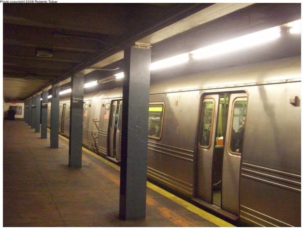 (203k, 1044x791)<br><b>Country:</b> United States<br><b>City:</b> New York<br><b>System:</b> New York City Transit<br><b>Line:</b> IND Queens Boulevard Line<br><b>Location:</b> Northern Boulevard <br><b>Car:</b> R-46 (Pullman-Standard, 1974-75)  <br><b>Photo by:</b> Roberto C. Tobar<br><b>Date:</b> 12/20/2008<br><b>Viewed (this week/total):</b> 2 / 1692
