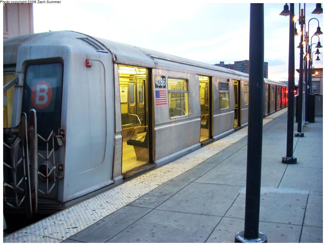 (255k, 1044x788)<br><b>Country:</b> United States<br><b>City:</b> New York<br><b>System:</b> New York City Transit<br><b>Line:</b> BMT Brighton Line<br><b>Location:</b> Brighton Beach <br><b>Route:</b> B<br><b>Car:</b> R-40 (St. Louis, 1968)  4286 <br><b>Photo by:</b> Zach Summer<br><b>Date:</b> 12/5/2008<br><b>Viewed (this week/total):</b> 0 / 1258