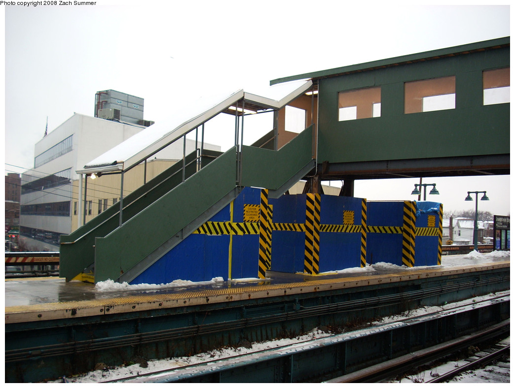 (248k, 1044x788)<br><b>Country:</b> United States<br><b>City:</b> New York<br><b>System:</b> New York City Transit<br><b>Line:</b> BMT Brighton Line<br><b>Location:</b> Sheepshead Bay <br><b>Photo by:</b> Zach Summer<br><b>Date:</b> 12/21/2008<br><b>Notes:</b> New overpass; installed to ease crowding during Avenue U/Neck Road reconstruction.<br><b>Viewed (this week/total):</b> 2 / 1030