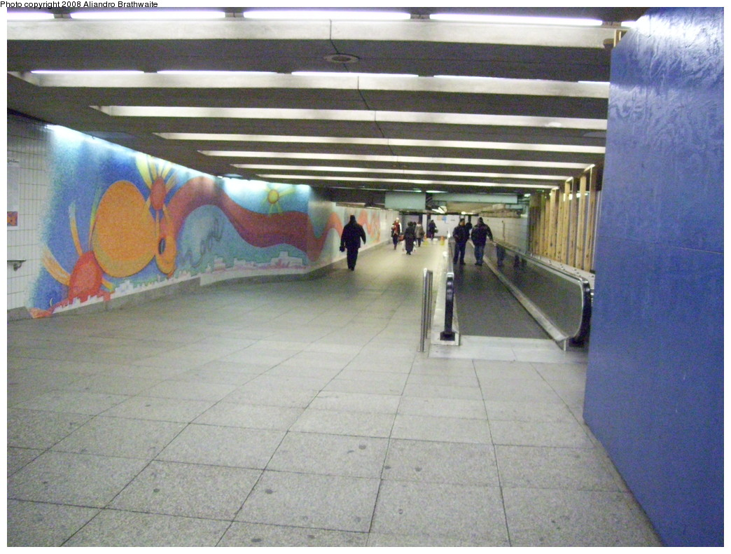 (239k, 1044x791)<br><b>Country:</b> United States<br><b>City:</b> New York<br><b>System:</b> New York City Transit<br><b>Line:</b> IND Queens Boulevard Line<br><b>Location:</b> Court Square/23rd St (Ely Avenue) <br><b>Photo by:</b> Aliandro Brathwaite<br><b>Date:</b> 12/20/2008<br><b>Notes:</b> Yes, the travelator is working...<br><b>Viewed (this week/total):</b> 0 / 1568