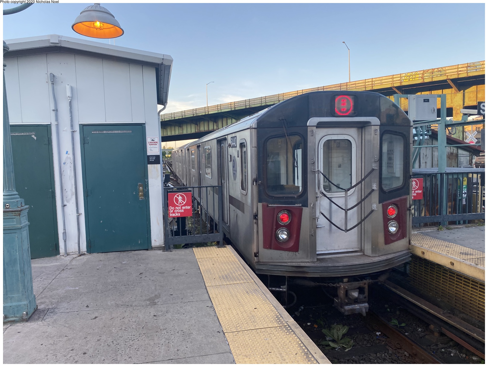 (190k, 1044x727)<br><b>Country:</b> United States<br><b>City:</b> New York<br><b>System:</b> New York City Transit<br><b>Line:</b> BMT Nassau Street/Jamaica Line<br><b>Location:</b> Broadway/East New York (Broadway Junction) <br><b>Route:</b> Work Service<br><b>Car:</b> BMT Elevated Gate Car  <br><b>Photo by:</b> Joel Shanus<br><b>Notes:</b> BU 1300 series Gate cars with flat car in middle in work service, circa 1954.<br><b>Viewed (this week/total):</b> 1 / 2056