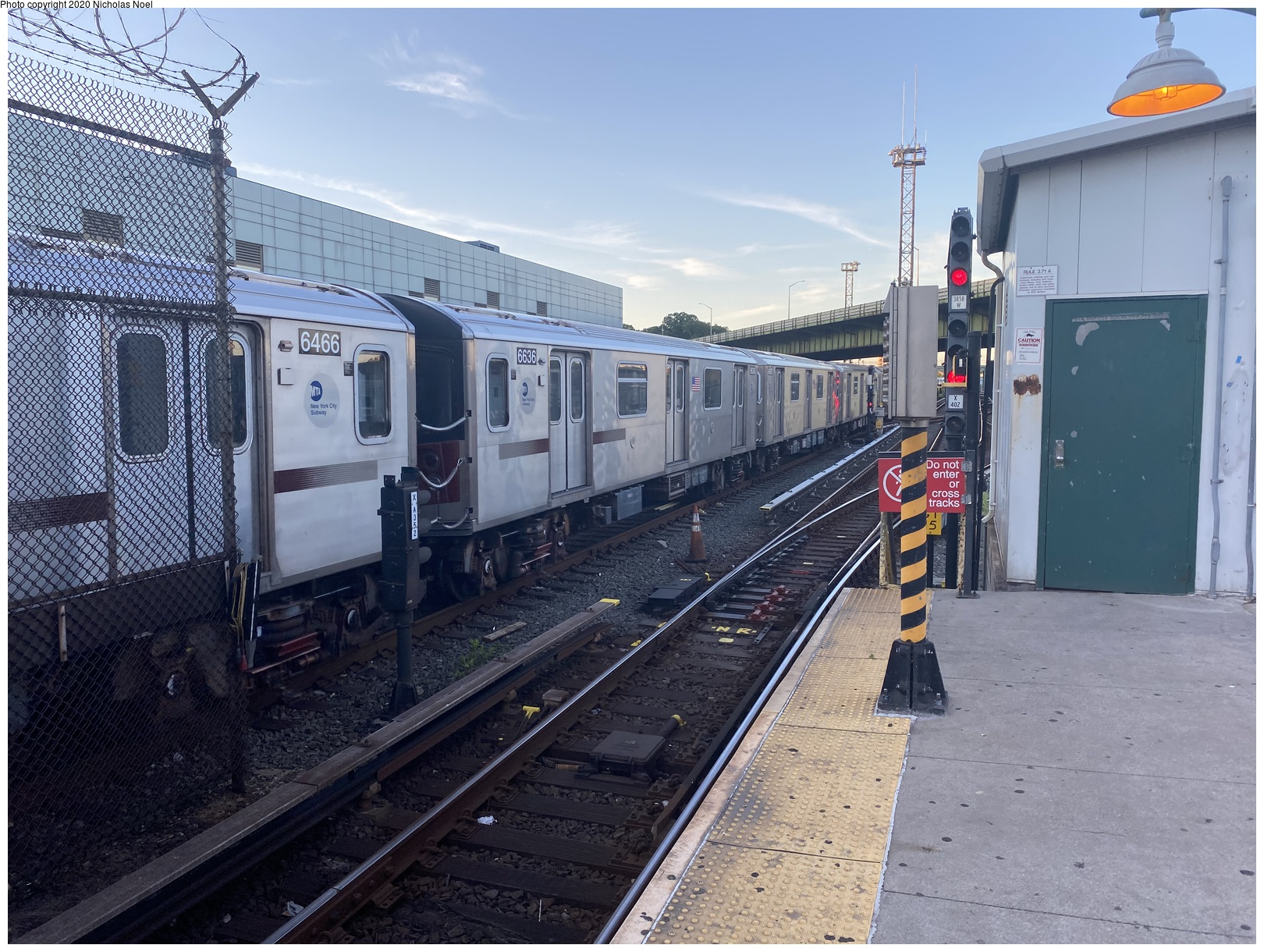 (154k, 1044x685)<br><b>Country:</b> United States<br><b>City:</b> New York<br><b>System:</b> New York City Transit<br><b>Line:</b> 3rd Avenue El<br><b>Location:</b> 132nd & Alexander <br><b>Car:</b> MUDC  <br><b>Photo by:</b> Joel Shanus<br><b>Notes:</b> View N.E. from Harlem River and NHRR freight yards, near E.132nd St & Alexander Ave, Bronx; southbound MUDC local train. Circa 1954. Building in background still exists at foot of Alexander Ave.<br><b>Viewed (this week/total):</b> 2 / 3866