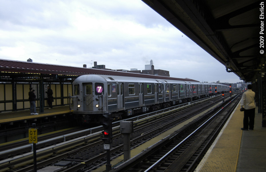 (170k, 930x604)<br><b>Country:</b> United States<br><b>City:</b> New York<br><b>System:</b> New York City Transit<br><b>Line:</b> IRT Flushing Line<br><b>Location:</b> 74th Street/Broadway <br><b>Route:</b> 7<br><b>Car:</b> R-62A (Bombardier, 1984-1987)  2089 <br><b>Photo by:</b> Peter Ehrlich<br><b>Date:</b> 12/28/2008<br><b>Viewed (this week/total):</b> 3 / 1323