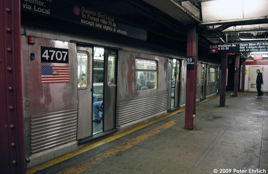 (221k, 930x603)<br><b>Country:</b> United States<br><b>City:</b> New York<br><b>System:</b> New York City Transit<br><b>Line:</b> IND Queens Boulevard Line<br><b>Location:</b> 5th Avenue/53rd Street <br><b>Route:</b> E<br><b>Car:</b> R-42 (St. Louis, 1969-1970)  4707 <br><b>Photo by:</b> Peter Ehrlich<br><b>Date:</b> 12/28/2008<br><b>Notes:</b> E Line outbound.<br><b>Viewed (this week/total):</b> 4 / 1655