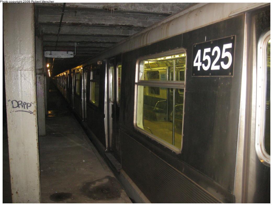 (205k, 1044x788)<br><b>Country:</b> United States<br><b>City:</b> New York<br><b>System:</b> New York City Transit<br><b>Line:</b> IND Crosstown Line<br><b>Location:</b> Bergen Street-Lower Level<br><b>Route:</b> A<br><b>Car:</b> R-40M (St. Louis, 1969)  4525 <br><b>Photo by:</b> Robert Mencher<br><b>Date:</b> 12/27/2008<br><b>Viewed (this week/total):</b> 4 / 1626