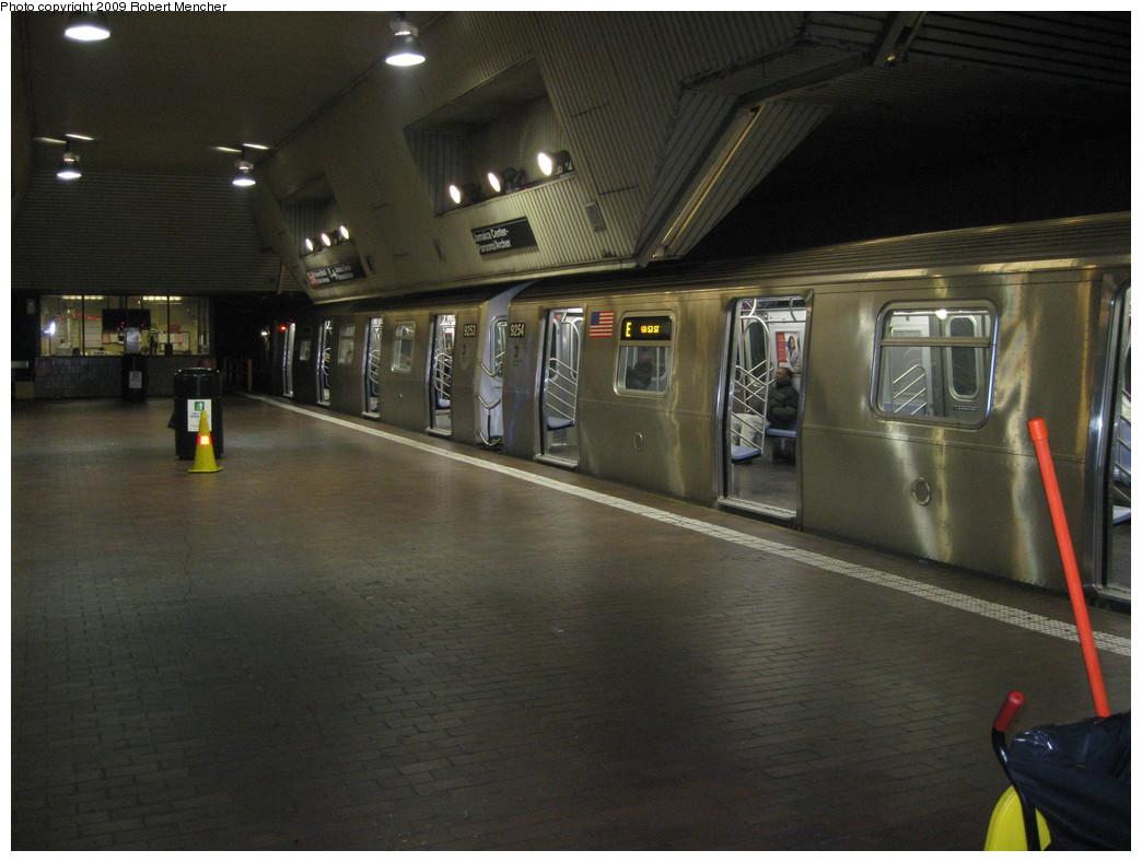 (199k, 1044x788)<br><b>Country:</b> United States<br><b>City:</b> New York<br><b>System:</b> New York City Transit<br><b>Line:</b> IND Queens Boulevard Line<br><b>Location:</b> Jamaica Center/Parsons-Archer <br><b>Route:</b> E<br><b>Car:</b> R-160A (Option 1) (Alstom, 2008-2009, 5 car sets)  9253/9254 <br><b>Photo by:</b> Robert Mencher<br><b>Date:</b> 1/4/2009<br><b>Notes:</b> Upper Level<br><b>Viewed (this week/total):</b> 1 / 2071