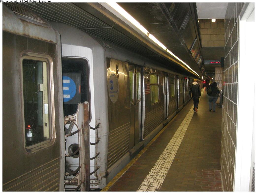 (229k, 1044x788)<br><b>Country:</b> United States<br><b>City:</b> New York<br><b>System:</b> New York City Transit<br><b>Line:</b> IND Queens Boulevard Line<br><b>Location:</b> Jamaica Center/Parsons-Archer <br><b>Route:</b> E<br><b>Car:</b> R-42 (St. Louis, 1969-1970)  4643 <br><b>Photo by:</b> Robert Mencher<br><b>Date:</b> 1/5/2009<br><b>Viewed (this week/total):</b> 0 / 1262