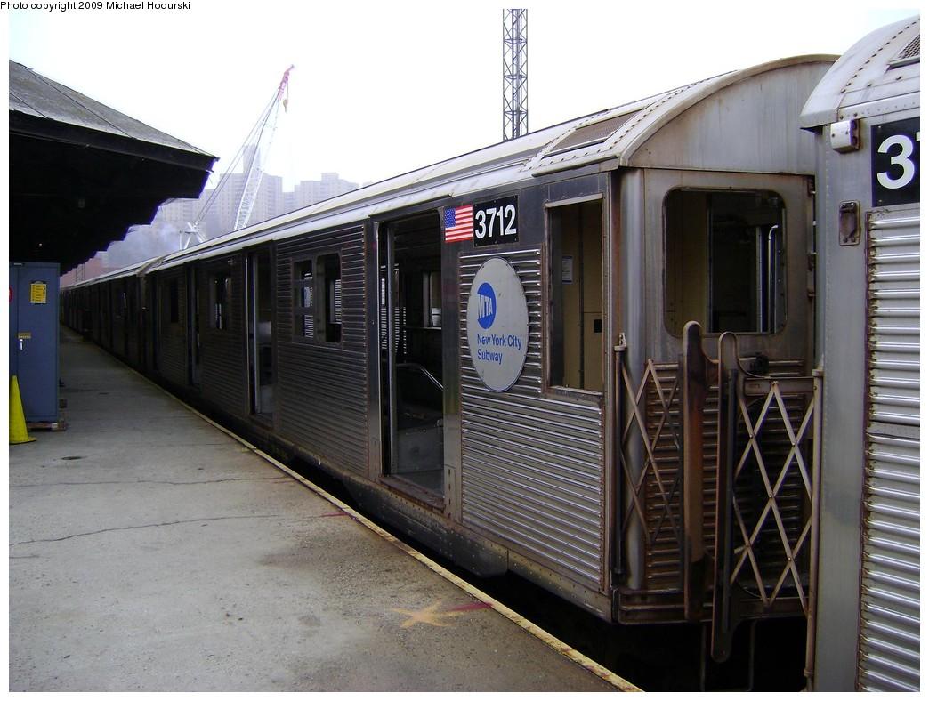 (223k, 1044x788)<br><b>Country:</b> United States<br><b>City:</b> New York<br><b>System:</b> New York City Transit<br><b>Location:</b> 207th Street Yard<br><b>Car:</b> R-32 (Budd, 1964)  3712 <br><b>Photo by:</b> Michael Hodurski<br><b>Date:</b> 12/27/2008<br><b>Viewed (this week/total):</b> 0 / 1156