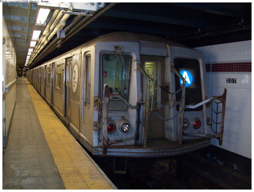 (203k, 1044x788)<br><b>Country:</b> United States<br><b>City:</b> New York<br><b>System:</b> New York City Transit<br><b>Line:</b> IND 8th Avenue Line<br><b>Location:</b> 207th Street <br><b>Route:</b> A<br><b>Car:</b> R-40 (St. Louis, 1968)  4355 <br><b>Photo by:</b> Glenn L. Rowe<br><b>Date:</b> 1/16/2009<br><b>Viewed (this week/total):</b> 1 / 923