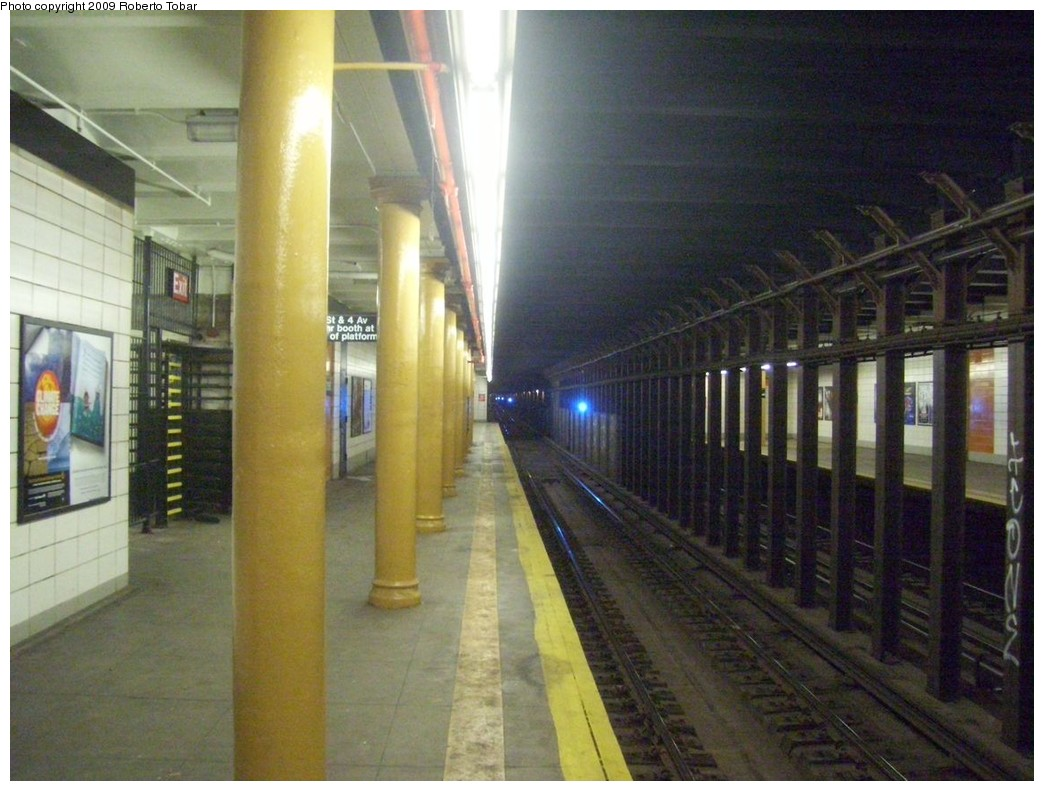 (205k, 1044x791)<br><b>Country:</b> United States<br><b>City:</b> New York<br><b>System:</b> New York City Transit<br><b>Line:</b> BMT 4th Avenue<br><b>Location:</b> 77th Street <br><b>Photo by:</b> Roberto C. Tobar<br><b>Date:</b> 1/17/2009<br><b>Viewed (this week/total):</b> 1 / 1506