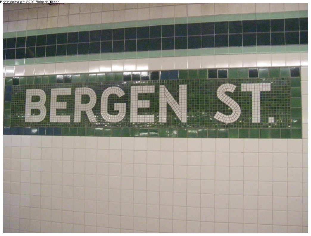 (181k, 1044x791)<br><b>Country:</b> United States<br><b>City:</b> New York<br><b>System:</b> New York City Transit<br><b>Line:</b> IND Crosstown Line<br><b>Location:</b> Bergen Street <br><b>Photo by:</b> Roberto C. Tobar<br><b>Date:</b> 1/17/2009<br><b>Viewed (this week/total):</b> 0 / 1546