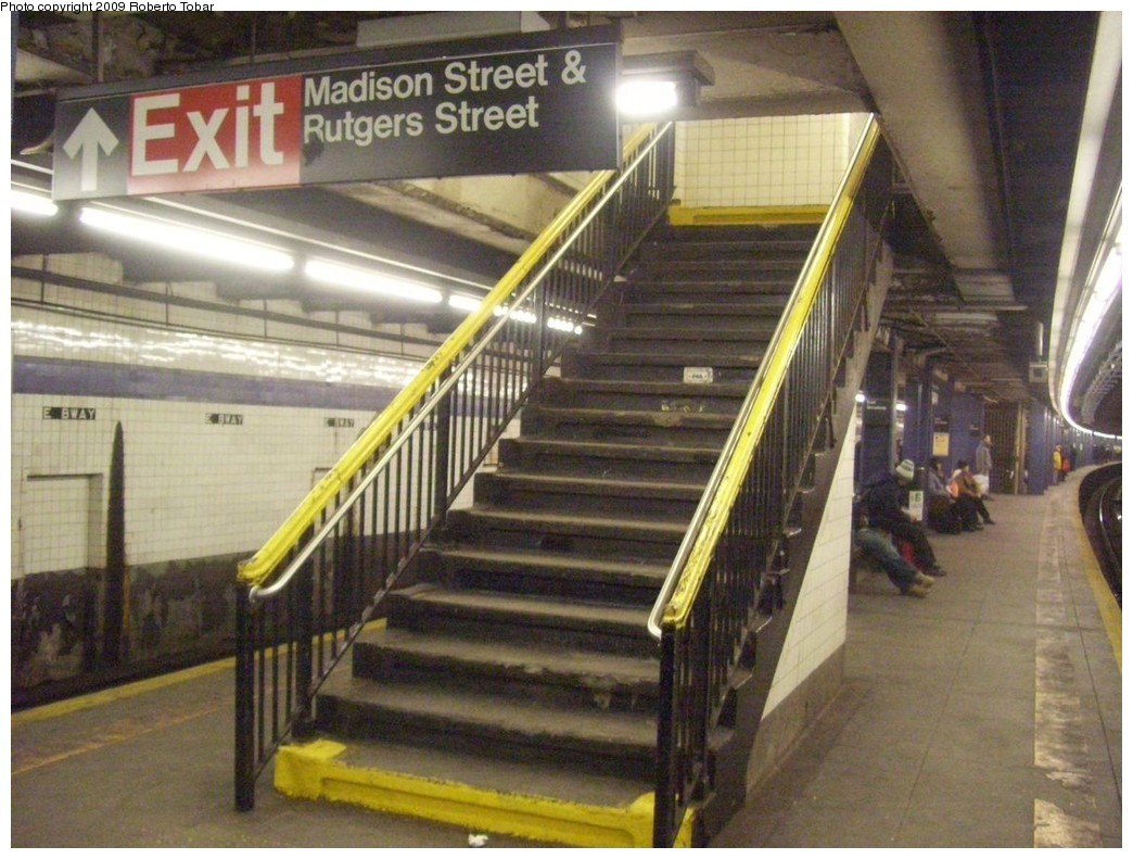 (222k, 1044x791)<br><b>Country:</b> United States<br><b>City:</b> New York<br><b>System:</b> New York City Transit<br><b>Line:</b> IND 6th Avenue Line<br><b>Location:</b> East Broadway <br><b>Photo by:</b> Roberto C. Tobar<br><b>Date:</b> 1/17/2009<br><b>Viewed (this week/total):</b> 1 / 1556