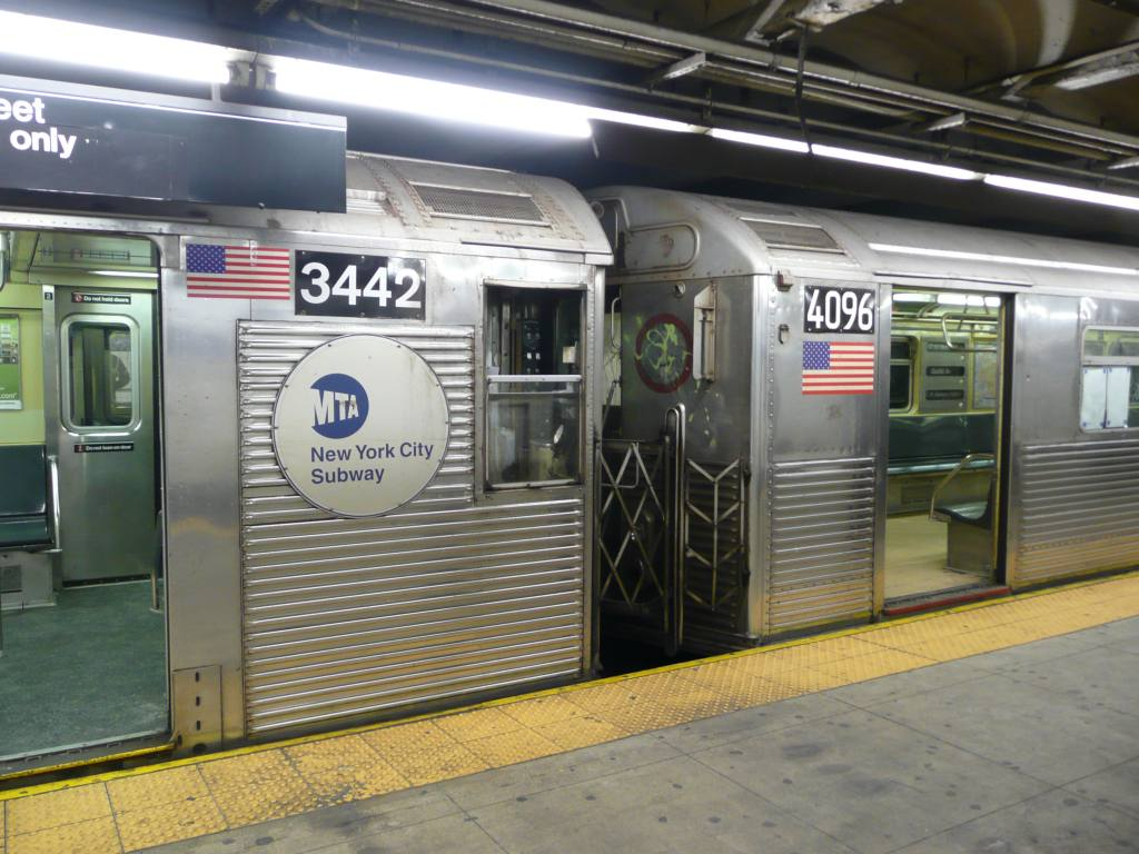 (135k, 1024x768)<br><b>Country:</b> United States<br><b>City:</b> New York<br><b>System:</b> New York City Transit<br><b>Line:</b> IND 8th Avenue Line<br><b>Location:</b> 168th Street <br><b>Route:</b> C<br><b>Car:</b> R-32 (Budd, 1964)  3442 <br><b>Photo by:</b> Robbie Rosenfeld<br><b>Date:</b> 1/21/2009<br><b>Notes:</b> R32 3442 coupled to R38 4096<br><b>Viewed (this week/total):</b> 2 / 1704