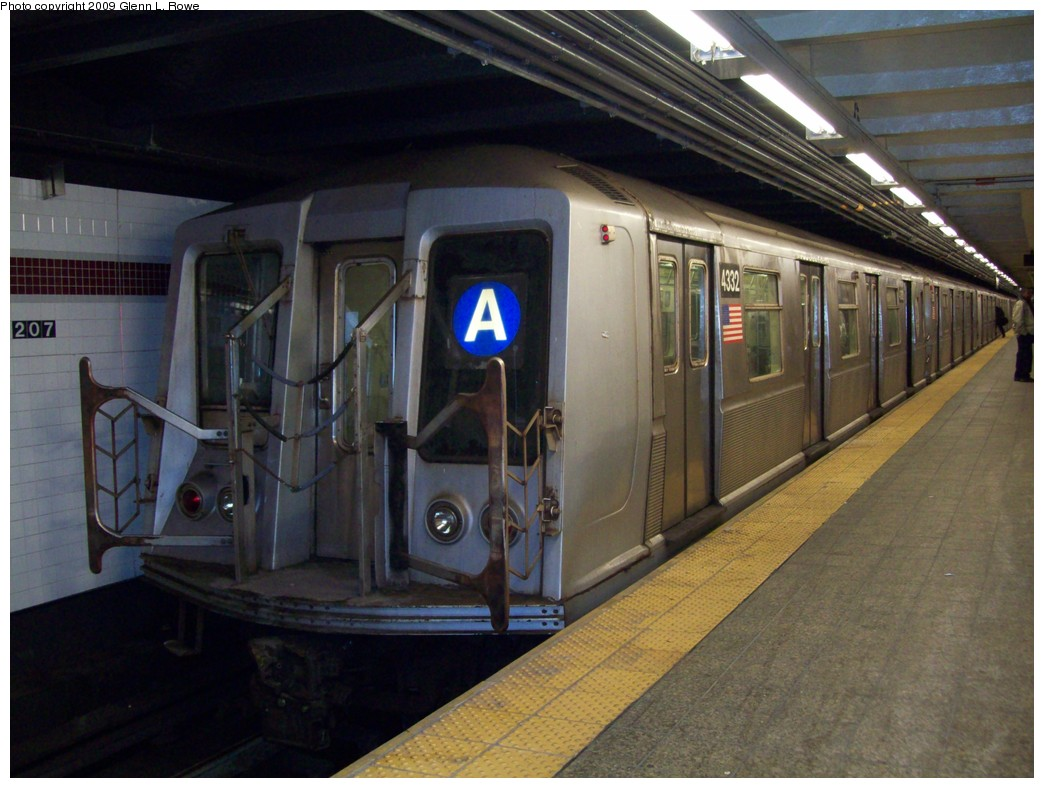 (201k, 1044x788)<br><b>Country:</b> United States<br><b>City:</b> New York<br><b>System:</b> New York City Transit<br><b>Line:</b> IND 8th Avenue Line<br><b>Location:</b> 207th Street <br><b>Route:</b> A<br><b>Car:</b> R-40 (St. Louis, 1968)  4332 <br><b>Photo by:</b> Glenn L. Rowe<br><b>Date:</b> 1/20/2009<br><b>Viewed (this week/total):</b> 2 / 972