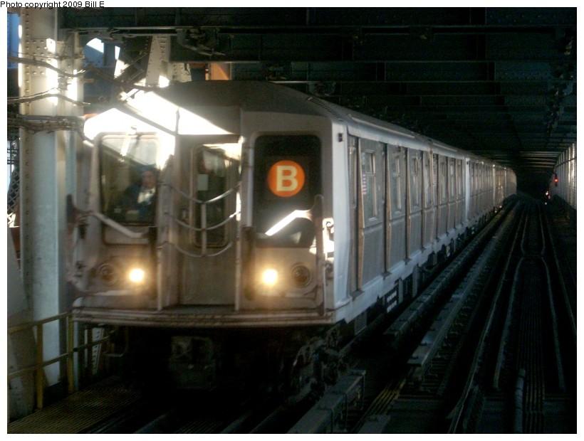 (146k, 820x620)<br><b>Country:</b> United States<br><b>City:</b> New York<br><b>System:</b> New York City Transit<br><b>Location:</b> Manhattan Bridge<br><b>Route:</b> B<br><b>Car:</b> R-40 (St. Louis, 1968)   <br><b>Photo by:</b> Bill E.<br><b>Date:</b> 1/29/2009<br><b>Viewed (this week/total):</b> 0 / 2151
