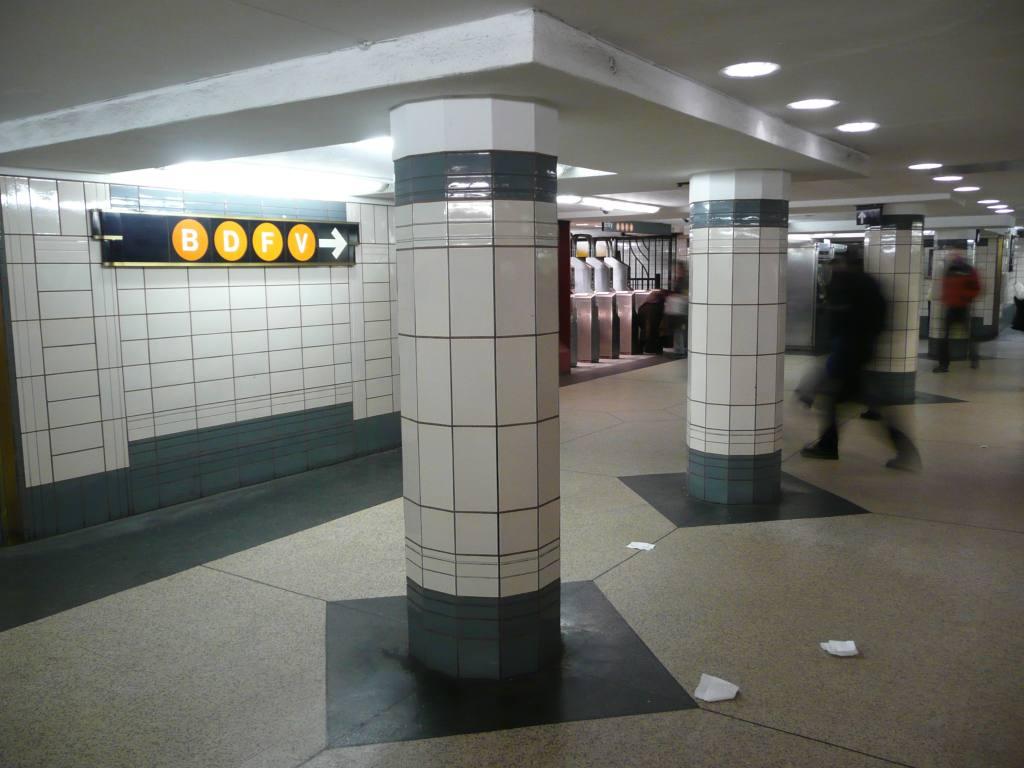 (104k, 1024x768)<br><b>Country:</b> United States<br><b>City:</b> New York<br><b>System:</b> New York City Transit<br><b>Line:</b> IND 6th Avenue Line<br><b>Location:</b> 47-50th Street/Rockefeller Center <br><b>Photo by:</b> Robbie Rosenfeld<br><b>Date:</b> 3/2/2009<br><b>Notes:</b> Station concourse.<br><b>Viewed (this week/total):</b> 2 / 2115
