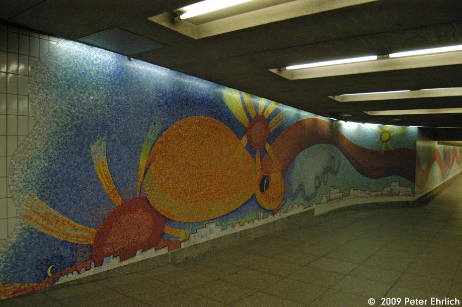 (231k, 930x618)<br><b>Country:</b> United States<br><b>City:</b> New York<br><b>System:</b> New York City Transit<br><b>Line:</b> IND Queens Boulevard Line<br><b>Location:</b> Court Square/23rd St (Ely Avenue) <br><b>Photo by:</b> Peter Ehrlich<br><b>Date:</b> 2/24/2009<br><b>Artwork:</b> <i>Stream</i>, Elizabeth Murray (2001).<br><b>Viewed (this week/total):</b> 0 / 274