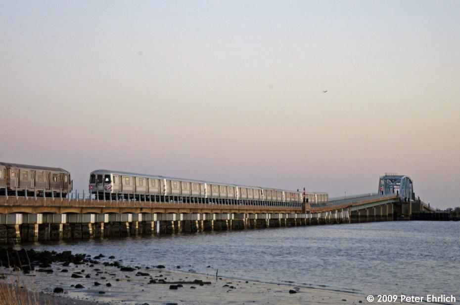 (157k, 930x618)<br><b>Country:</b> United States<br><b>City:</b> New York<br><b>System:</b> New York City Transit<br><b>Line:</b> IND Rockaway<br><b>Location:</b> North Channel Bridge <br><b>Route:</b> A<br><b>Car:</b> R-40 (St. Louis, 1968)  4367 <br><b>Photo by:</b> Peter Ehrlich<br><b>Date:</b> 3/4/2009<br><b>Notes:</b> Inbound. With R44 5472 outbound.<br><b>Viewed (this week/total):</b> 0 / 1333