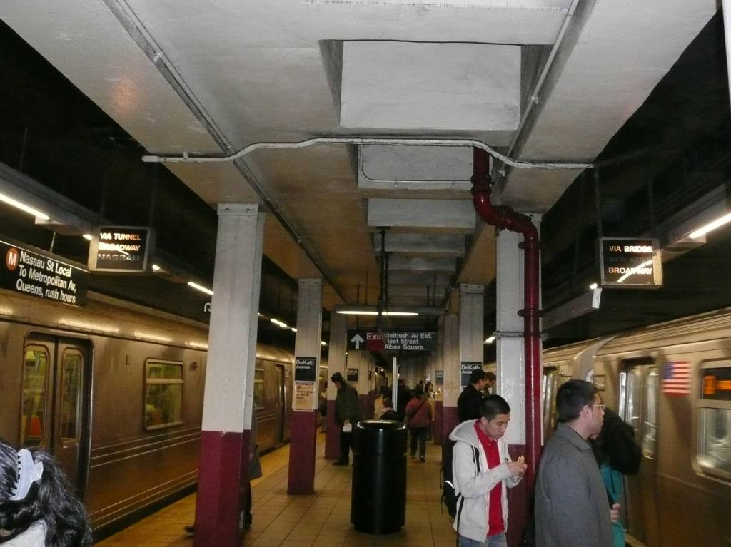 (93k, 1024x767)<br><b>Country:</b> United States<br><b>City:</b> New York<br><b>System:</b> New York City Transit<br><b>Location:</b> DeKalb Avenue<br><b>Photo by:</b> Robbie Rosenfeld<br><b>Date:</b> 3/9/2009<br><b>Notes:</b> Platform view.<br><b>Viewed (this week/total):</b> 0 / 1672