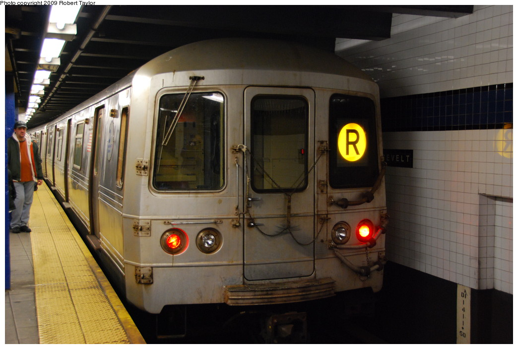 (230k, 1044x705)<br><b>Country:</b> United States<br><b>City:</b> New York<br><b>System:</b> New York City Transit<br><b>Line:</b> IND Queens Boulevard Line<br><b>Location:</b> Roosevelt Avenue <br><b>Route:</b> R<br><b>Car:</b> R-46 (Pullman-Standard, 1974-75) 6094 <br><b>Photo by:</b> Robert Taylor<br><b>Date:</b> 1/10/2009<br><b>Viewed (this week/total):</b> 3 / 1352