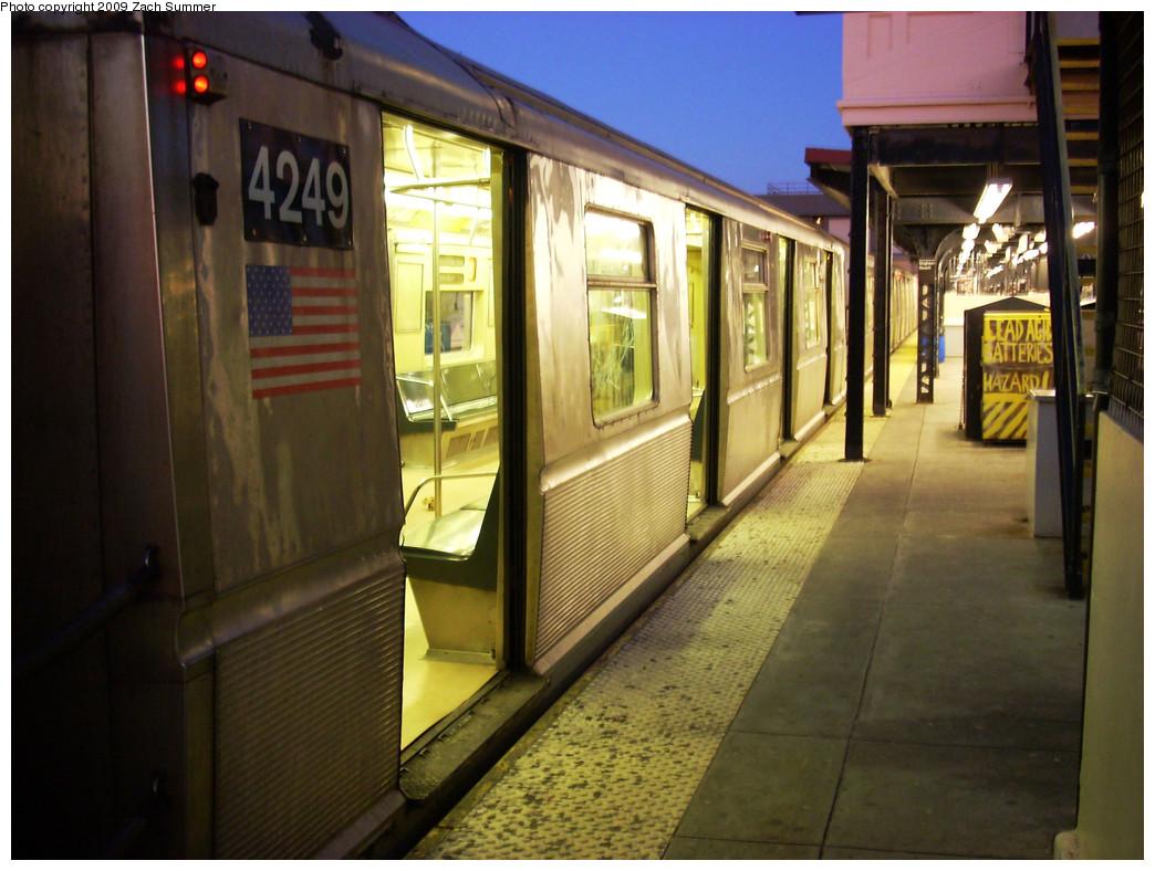(269k, 1044x788)<br><b>Country:</b> United States<br><b>City:</b> New York<br><b>System:</b> New York City Transit<br><b>Line:</b> BMT Brighton Line<br><b>Location:</b> Brighton Beach <br><b>Route:</b> B<br><b>Car:</b> R-40 (St. Louis, 1968)  4249 <br><b>Photo by:</b> Zach Summer<br><b>Date:</b> 12/29/2008<br><b>Viewed (this week/total):</b> 0 / 1176