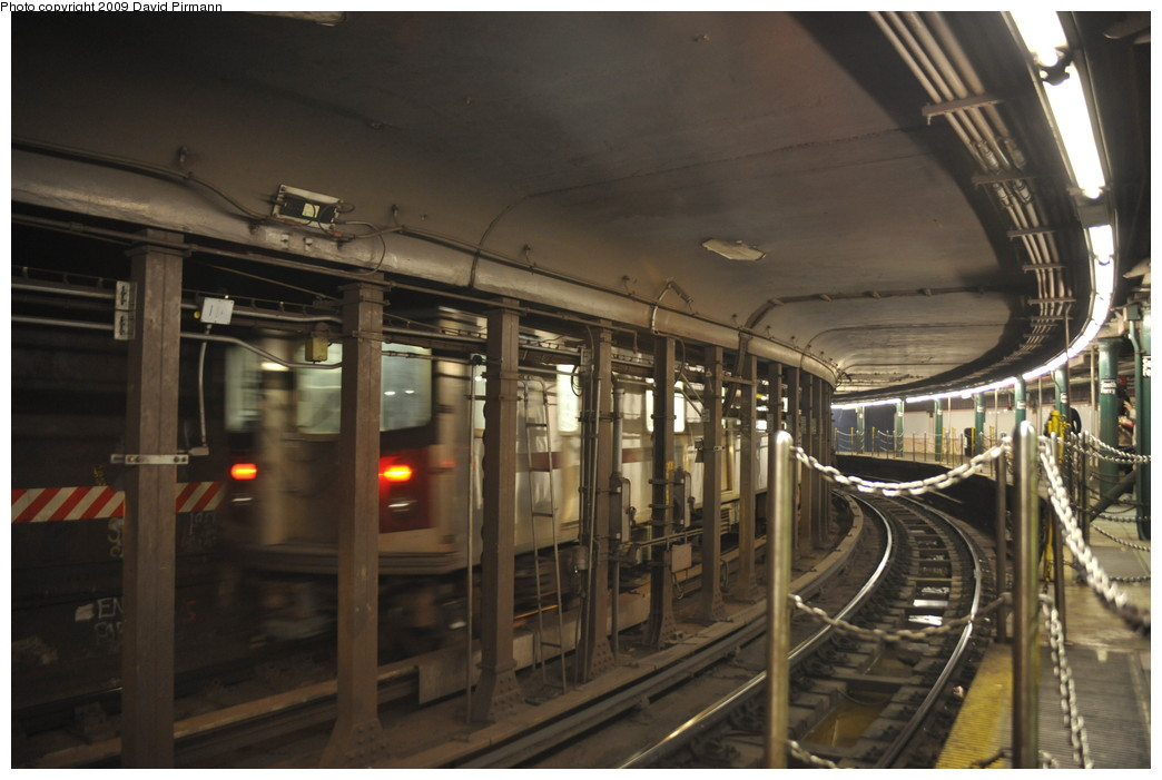 (228k, 1044x701)<br><b>Country:</b> United States<br><b>City:</b> New York<br><b>System:</b> New York City Transit<br><b>Line:</b> IRT West Side Line<br><b>Location:</b> South Ferry (Outer Loop Station) <br><b>Photo by:</b> David Pirmann<br><b>Date:</b> 3/15/2009<br><b>Notes:</b> 5 train on inner loop. Final day of revenue service at loop station.<br><b>Viewed (this week/total):</b> 4 / 2002