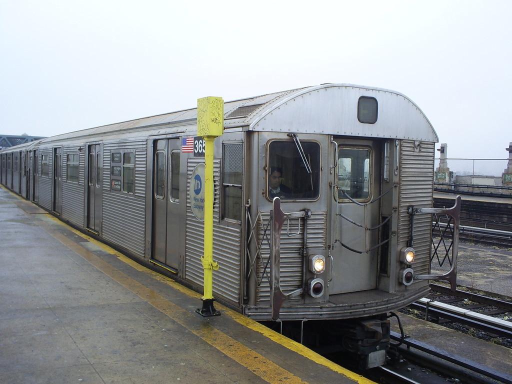 (242k, 1024x768)<br><b>Country:</b> United States<br><b>City:</b> New York<br><b>System:</b> New York City Transit<br><b>Line:</b> IND Crosstown Line<br><b>Location:</b> Smith/9th Street <br><b>Route:</b> F<br><b>Car:</b> R-32 (Budd, 1964)  3650 <br><b>Photo by:</b> Christopher Henderson<br><b>Date:</b> 3/11/2009<br><b>Viewed (this week/total):</b> 0 / 1290
