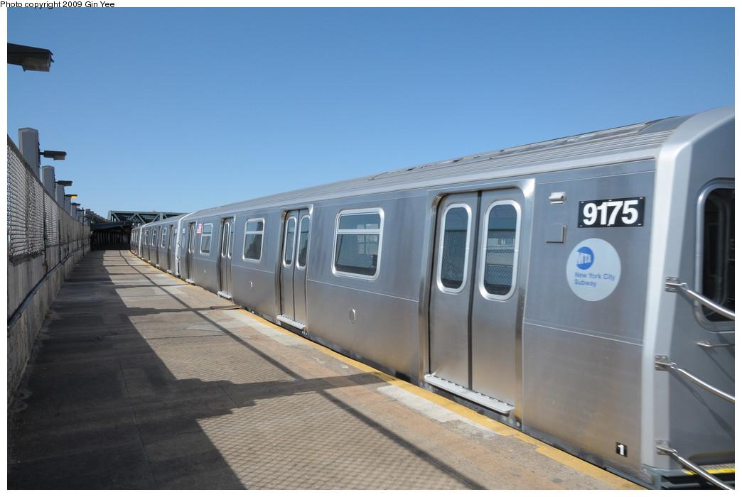 (207k, 1044x700)<br><b>Country:</b> United States<br><b>City:</b> New York<br><b>System:</b> New York City Transit<br><b>Line:</b> IND Crosstown Line<br><b>Location:</b> Smith/9th Street <br><b>Route:</b> Testing<br><b>Car:</b> R-160B (Option 1) (Kawasaki, 2008-2009)  9175 <br><b>Photo by:</b> Gin Yee<br><b>Date:</b> 3/23/2009<br><b>Viewed (this week/total):</b> 0 / 1391