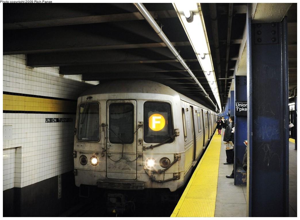 (178k, 1044x766)<br><b>Country:</b> United States<br><b>City:</b> New York<br><b>System:</b> New York City Transit<br><b>Line:</b> IND Queens Boulevard Line<br><b>Location:</b> Union Turnpike/Kew Gardens <br><b>Route:</b> F<br><b>Car:</b> R-46 (Pullman-Standard, 1974-75)  <br><b>Photo by:</b> Richard Panse<br><b>Date:</b> 3/25/2009<br><b>Viewed (this week/total):</b> 0 / 1256