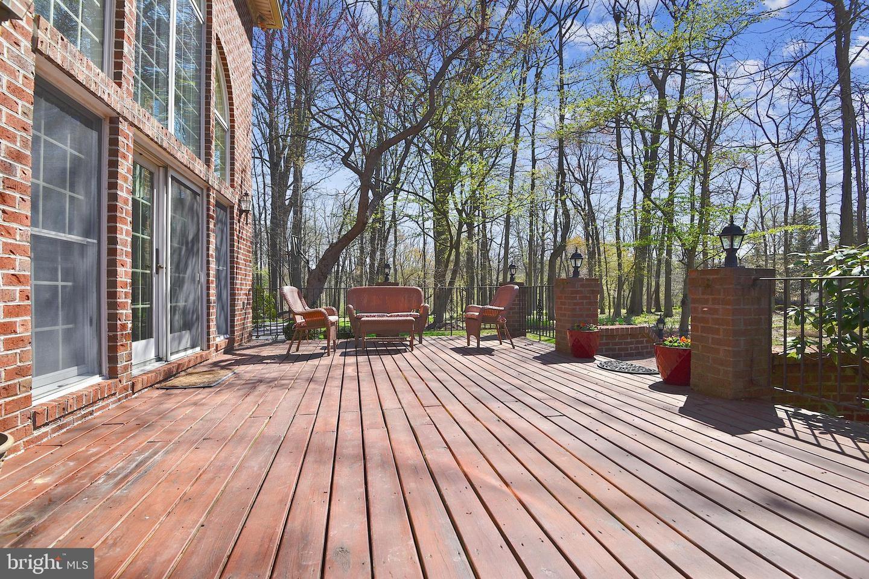 Outdoor living deck