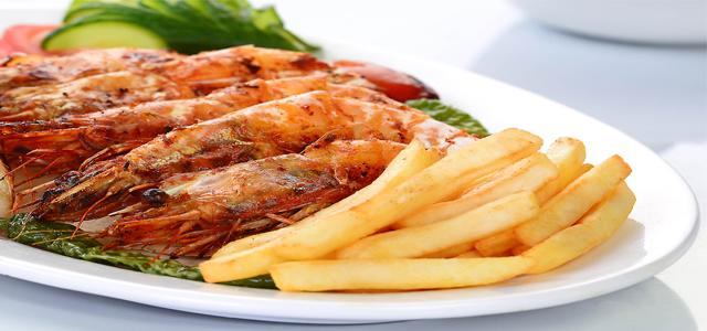 مطعم عمو حمزة مطعم للمأكولات البحرية غير رسمي يقدم مجموعة من أطباق المأكولات البحرية المدمجة مع التأثيرات الالعربية والشرق أوسطية. ويقدم هذا المكان العائلي الخاص الآجواء الدافئة الفريدة ويوجد قسم خاص للأفراد. وتسمح مجموعة المأكولات البحرية المعروضة للضيوف بااختيار السمك الذي يقدم عادة مع الخبز العربي. تقدم قائمة عمو حمزة متنوعات شهية من المأكولات البحرية والمقبلات الباردة والساخنة والحلويات والمشروبات.