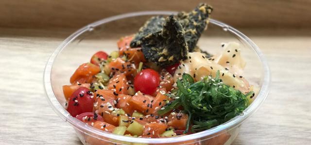 The Poke Co. 的新鮮及高品質食材都是來自支持可持續概念及推動環保的供應商。即點即造的Poke堅守夏威夷傳統製法,加入經典亞洲風味令味道滋味提升。在忙碌的生活裡,小店為大家每天不能缺少的營養作準備,炮製健康美味的菜式。只接受現金,不設信用咭或八達通付款。