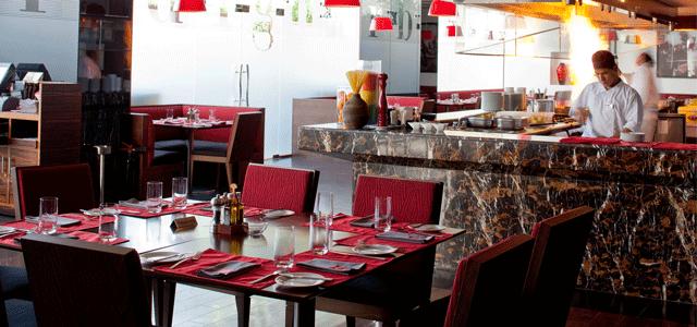 يشتهر مطعم الفندق الأنيق بمأكولات المشاوي العصرية. يتم تقديم شرائح الستيك اللذيذة وبرغر الذواقة مع أطباق جانبية لجعل تجربة الطعام مرضية حقاً. تحتوي قائمة الطعام على المقبلات الشهية وأطباق بديلة رئيسية والحلوى الشهية. قائمة المشروبات المًطوّلة تقدم الاختيار الأمثل لمرافقة أي وجبة.