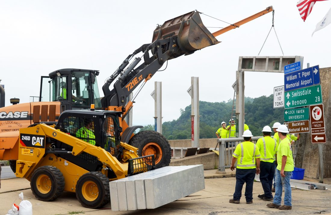 acd1ffb35e6 City workers install and remove Veterans Bridge floodgates