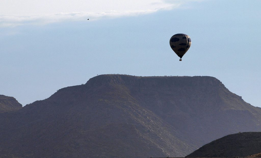 A hot air balloon over Namibia. (Photo credit: digr/Wikimedia Commons)