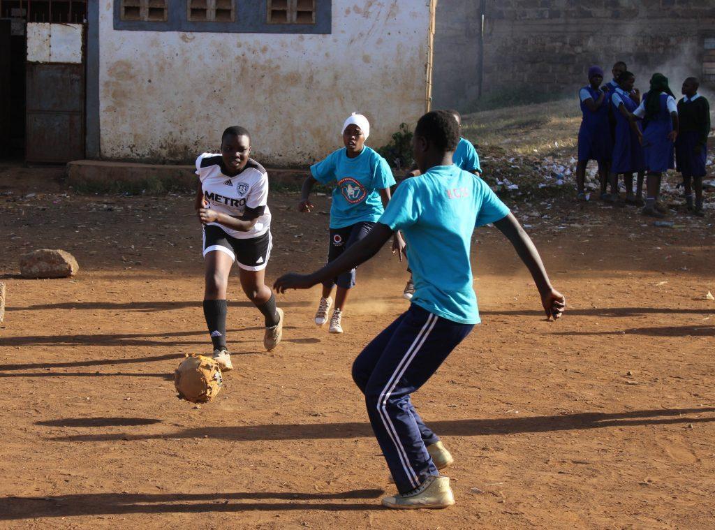 Schülerinnen der KGSA spielen Fußball