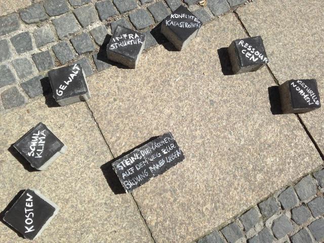 Mitten in München: Stolpersteine für Mädchen auf dem Weg zur Bildung
