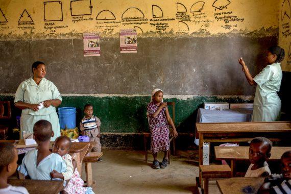 Wie Impfen und Mädchenbildung zusammenwirken