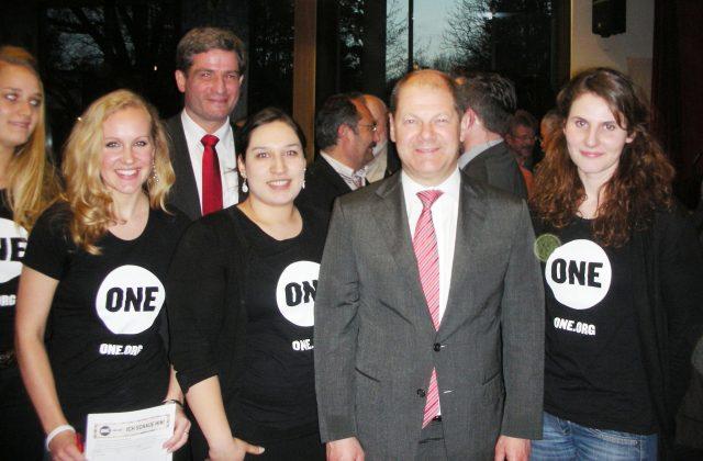 ONE-Unterstützer*innen erinnern an Wahlversprechen