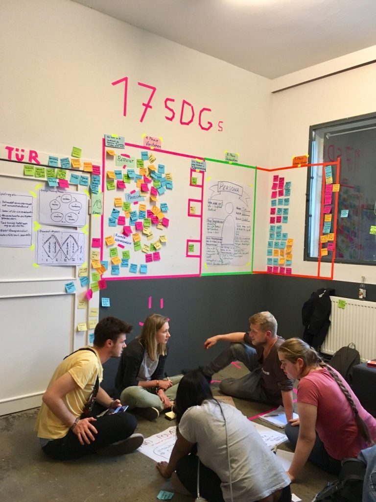 Teilnehmende werden beim Festival der Taten gemeinsam kreativ