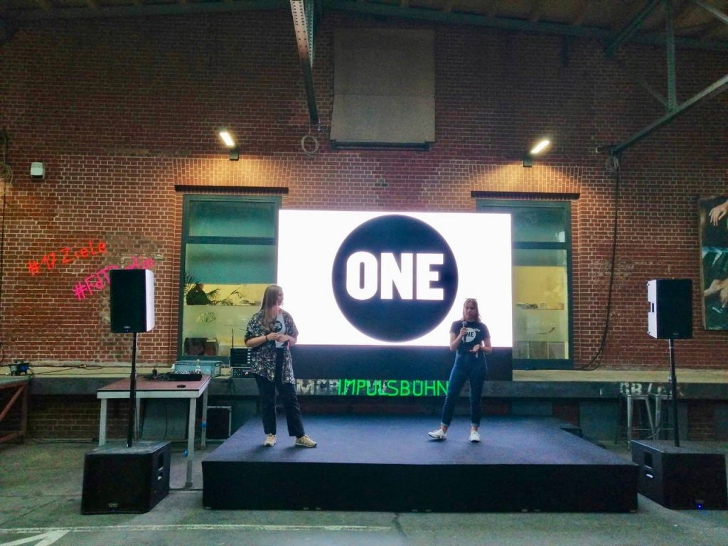 """Nina und Maxi bei ihrem Vortrag über Arbeit als """"Lobbyistinnen für die Nachhaltigkeitsziele"""""""