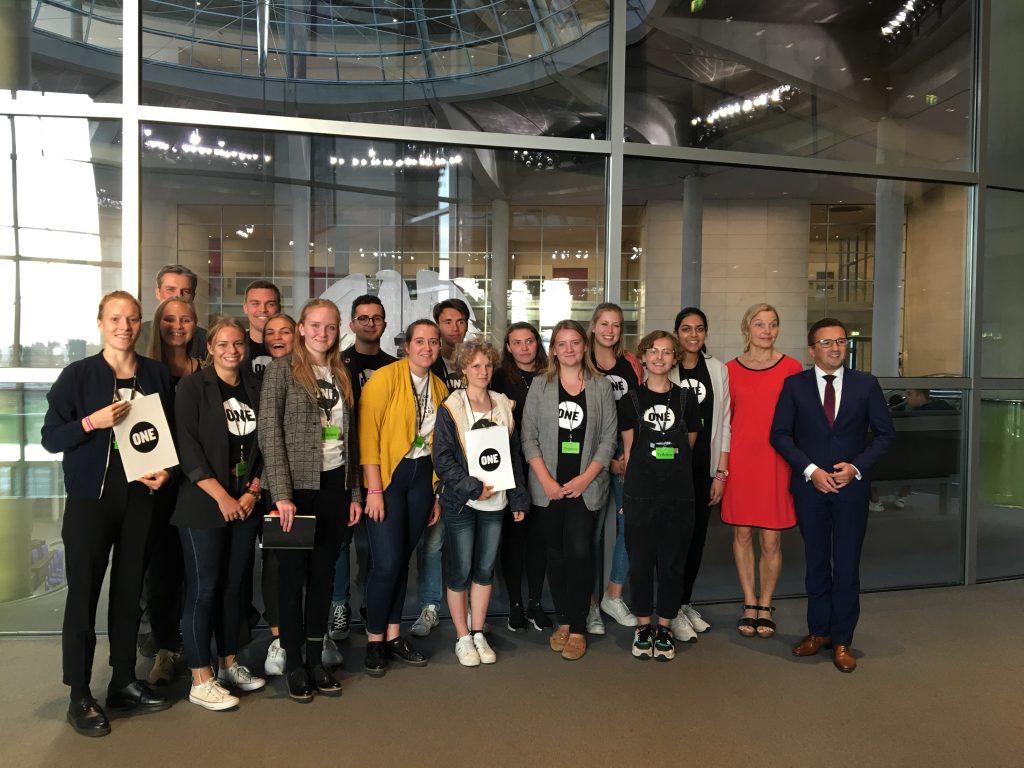 ONE-Jugendbotschafter*innen im Bundestag mit Sonja Steffen (SPD) und Carsten Körber (CDU)