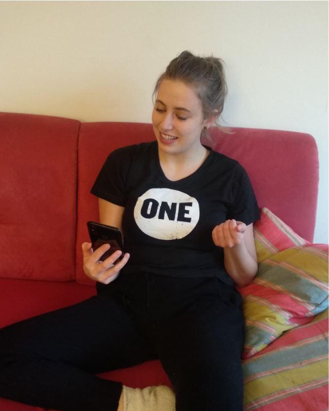 ONE-Jugendbotschafterin Anne spricht mit ihren Freunden übers Telefon über eine starke Europa-Afrika-Partnerschaft in Zeiten von COVID-19.