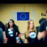 Les jeunes Ambassadeurs sur le parvis de la Commission européenne