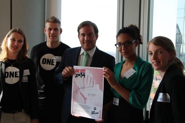 Jeroen Lenaers met Jeugdambassadeurs Marije van Rest, Jurnan Goos, Imane Nadif en Marte Bakker