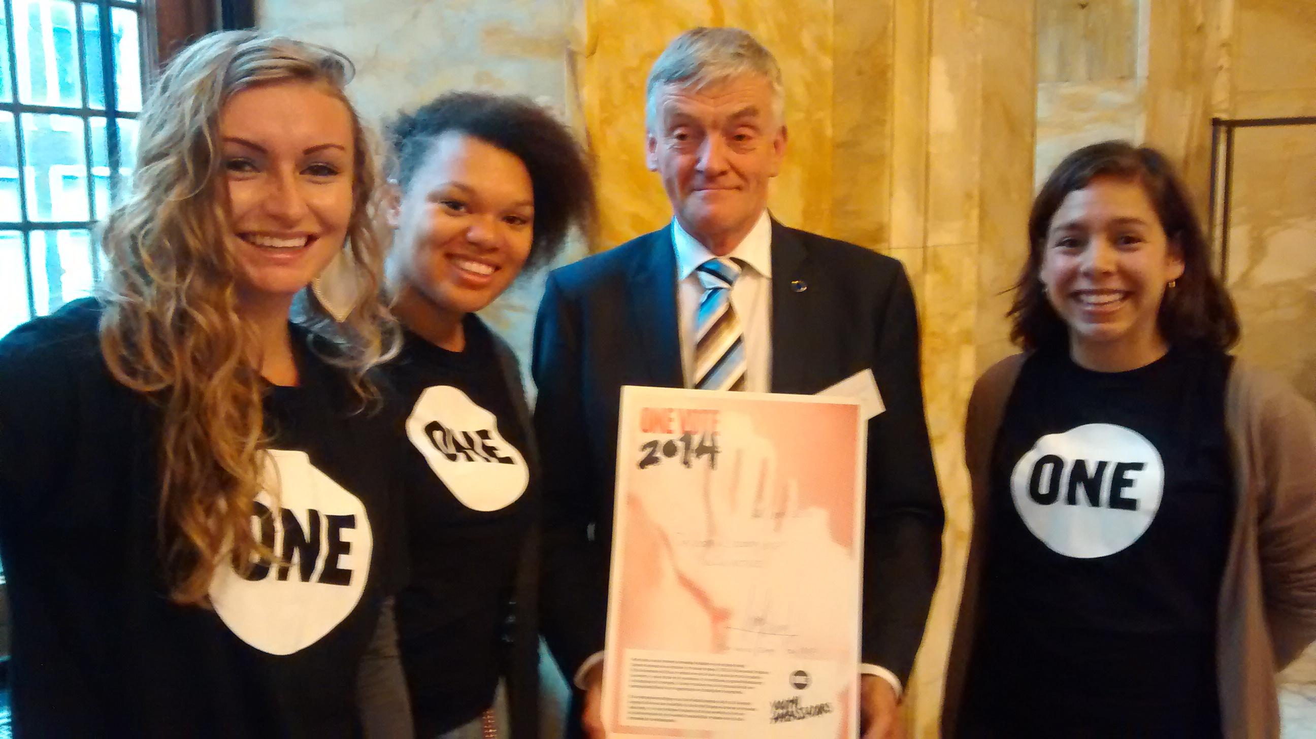 Wim van de Camp met Jeugdambassadeurs Shanina Mercedia van Gent, Denise van Asperen en Jessica Keetelaar