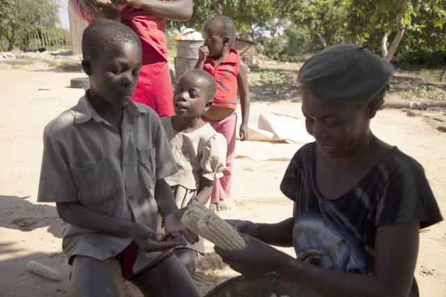 Cette femme de 76 ans se bat contre la famine au Zimbabwe