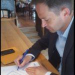 Le député LC Pierre-Yves Bournazel signant notre pétition Cap ou pas Cap